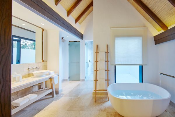 insel-seite-como-maalifushi-maalifushi-water-villa-bath-Maledivenexperte