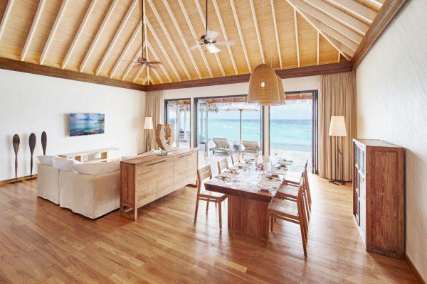 insel-seite-como-maalifushi-maalifushi-water-villa-living-dining-Maledivenexperte