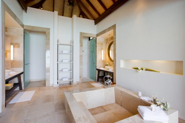 insel-seite-como-maalifushi-water-villa-bathroom-Maledivenexperte