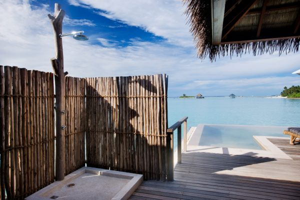 insel-seite-como-maalifushi-water-villa-outdoor-shower-Maledivenexperte