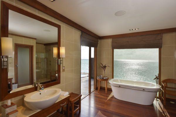 insel-seite-conrad-maldives-rangali-island-deluxe-water-villa-bathroom-01-Maledivenexperte