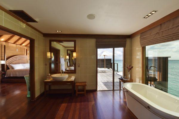 insel-seite-conrad-maldives-rangali-island-deluxe-water-villa-bathroom-02-Maledivenexperte