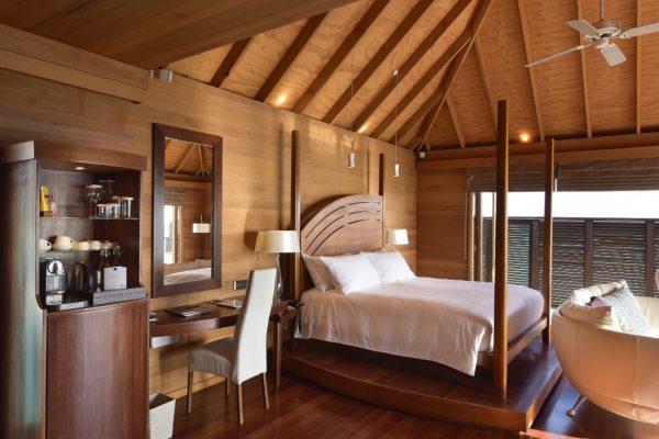 insel-seite-conrad-maldives-rangali-island-deluxe-water-villa-bedroom-01-Maledivenexperte