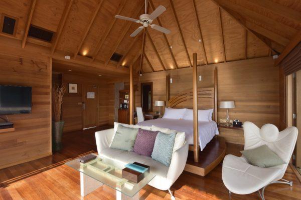 insel-seite-conrad-maldives-rangali-island-deluxe-water-villa-bedroom-02-Maledivenexperte