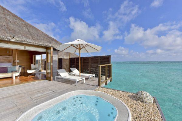 insel-seite-conrad-maldives-rangali-island-deluxe-water-villa-deck-bedroom-Maledivenexperte