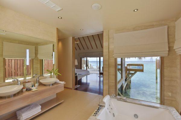 insel-seite-conrad-maldives-rangali-island-premier-water-villa-bathroom-01-Maledivenexperte