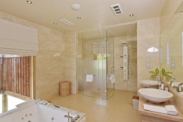 insel-seite-conrad-maldives-rangali-island-premier-water-villa-bathroom-02-Maledivenexperte