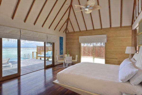 insel-seite-conrad-maldives-rangali-island-premier-water-villa-bedroom-and-view-Maledivenexperte