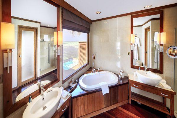 insel-seite-conrad-maldives-rangali-island-superior-water-villa-bathroom-Maledivenexperte