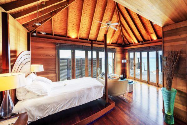 insel-seite-conrad-maldives-rangali-island-superior-water-villa-bedroom-Maledivenexperte