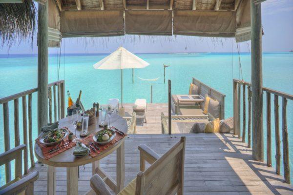insel-seite-gili-lankanfushi-gilli-lagoon-villa-living-&-dining-area-Maledivenexperte