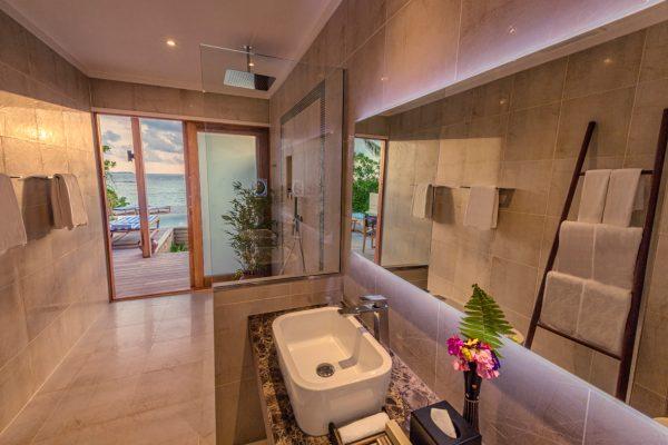 insel-seite-hurawalhi-beach-pool-villa-bathroom-interior-Maledivenexperte