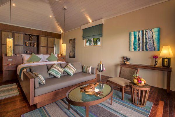 insel-seite-hurawalhi-beach-pool-villa-interior-01-Maledivenexperte