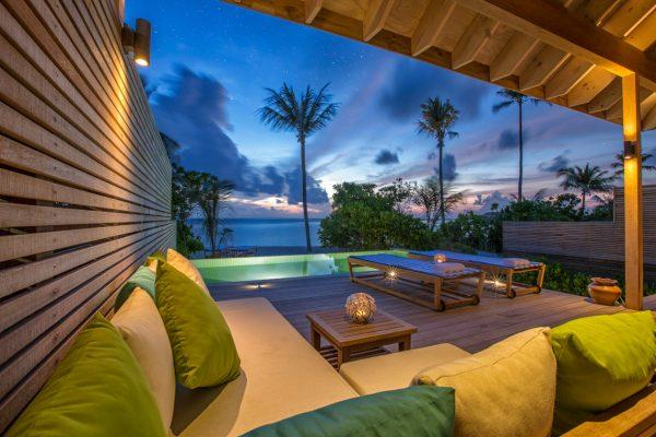 insel-seite-hurawalhi-beach-pool-villa-terrace-Maledivenexperte