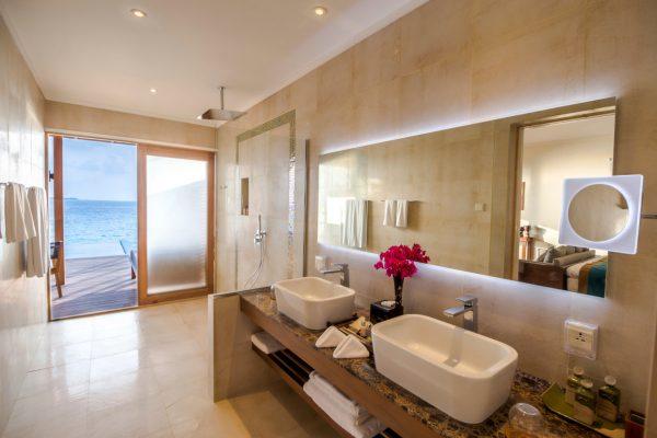 insel-seite-hurawalhi-ocean-pool-villa-bathroom-interior-Maledivenexperte