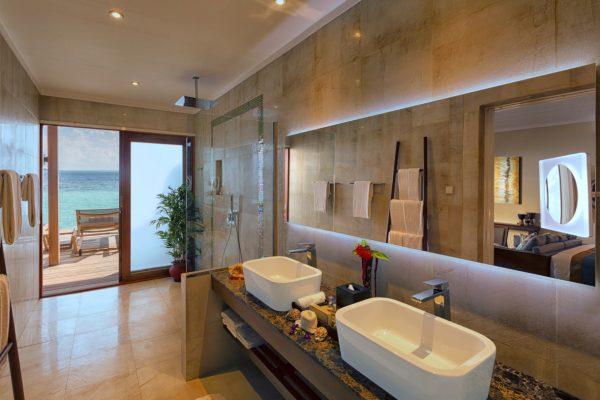 insel-seite-hurawalhi-ocean-villa-bathroom-interior-Maledivenexperte