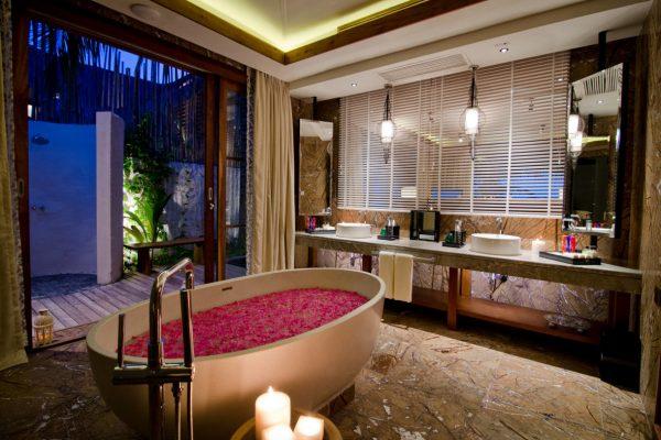 insel-seite-jumeirah-vittaveli-beach-suite-bathroom-Maledivenexperte