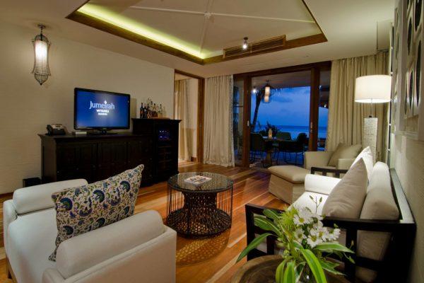 insel-seite-jumeirah-vittaveli-beach-suite-living-room-01-Maledivenexperte
