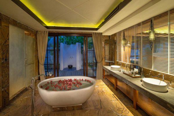 insel-seite-jumeirah-vittaveli-beach-suite-master-bathroom-Maledivenexperte