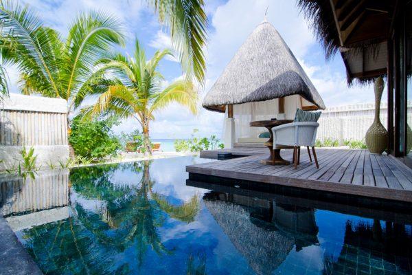 insel-seite-jumeirah-vittaveli-beach-villa-deck-and-private-pool-Maledivenexperte