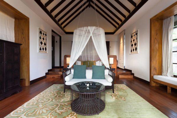 insel-seite-jumeirah-vittaveli-beach-villa-with-pool-interior-bedroom-01-Maledivenexperte