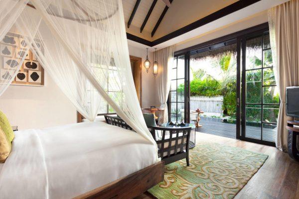 insel-seite-jumeirah-vittaveli-beach-villa-with-pool-interior-bedroom-02-Maledivenexperte