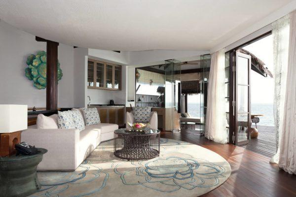 insel-seite-jumeirah-vittaveli-ocean-suite-with-pool-living-area-Maledivenexperte