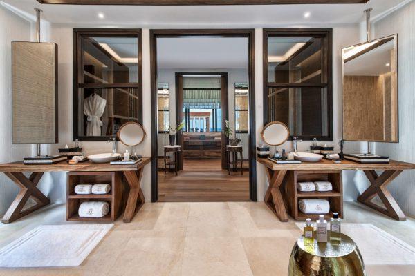 insel-seite-jumeirah-vittaveli-royal-residence-guest-villa-kingbed-bathroom-Maledivenexperte