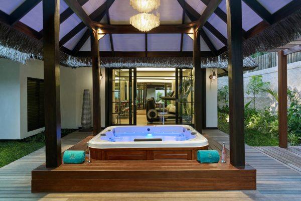 insel-seite-jumeirah-vittaveli-royal-residence-outdoor-jacuzzi-01-Maledivenexperte