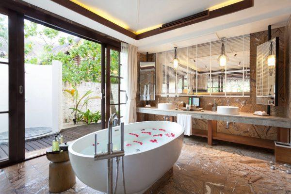 insel-seite-jumeirah-vittaveli-two-bedroom-beach-suite-master-bathroom-Maledivenexperte