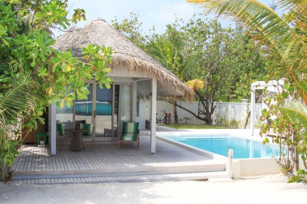insel-seite-kanahura-island-resort&spa-retreat-beach-pool-villa-02-Maledivenexperte