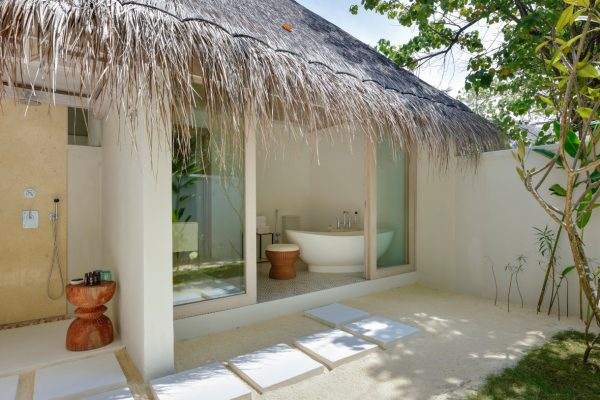 insel-seite-kanahura-island-resort&spa-retreat-beach-pool-villa-06-Maledivenexperte