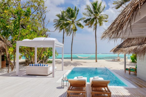 insel-seite-kanuhura-island-resort&spa-retreat-beach-pool-villa-sunrise-01-Maledivenexperte