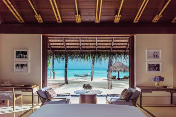 insel-seite-one&only-reethi-rah-beach-villa-view-from-bed-Maledivenexperte
