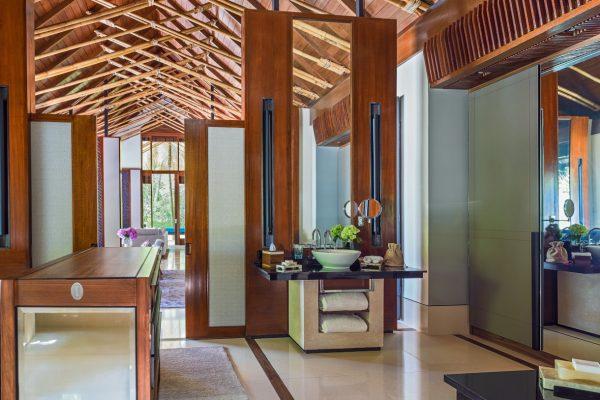 insel-seite-one&only-reethi-rah-grand-beach-villa-bathroom-vanity-area-01-Maledivenexperte