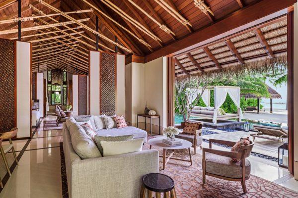insel-seite-one&only-reethi-rah-grand-beach-villa-living-room-Maledivenexperte
