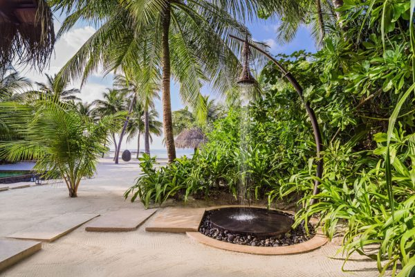insel-seite-one&only-reethi-rah-grand-beach-villa-outdoor-shower-Maledivenexperte
