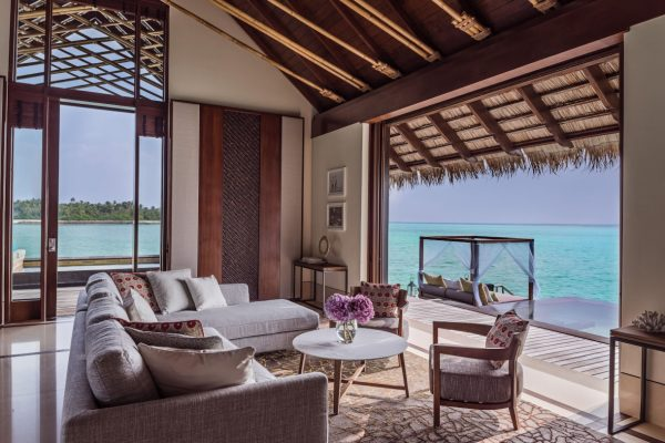 insel-seite-one&only-reethi-rah-grand-water-villa-living-room-01-Maledivenexperte