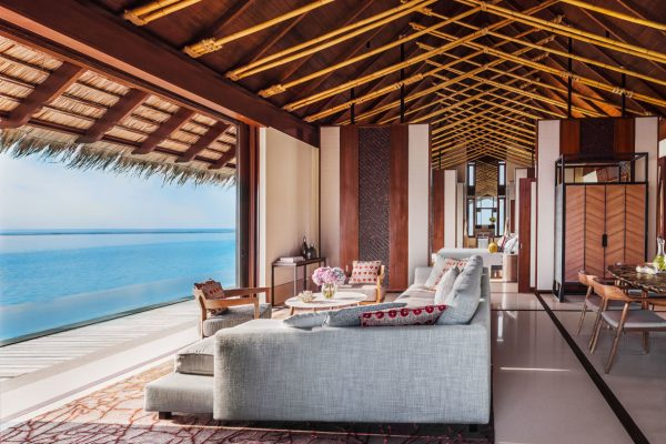 insel-seite-one&only-reethi-rah-grand-water-villa-living-room-02-Maledivenexperte