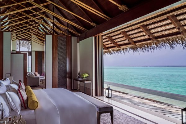 insel-seite-one&only-reethi-rah-grand-water-villa-view-from-bed-Maledivenexperte