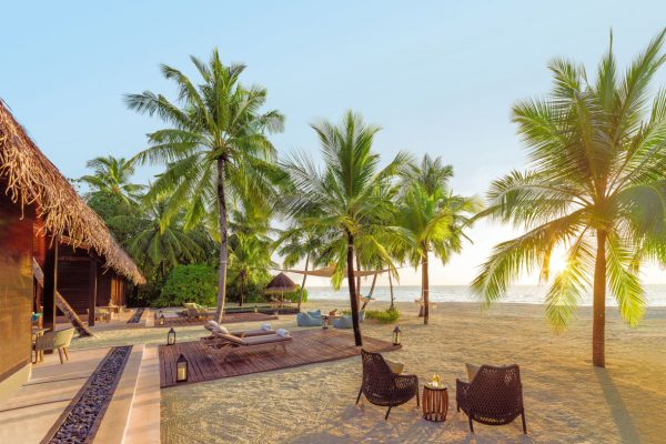 insel-seite-one&only-reethi-rah-two-villa-residence-outdool-living-area-01-Maledivenexperte