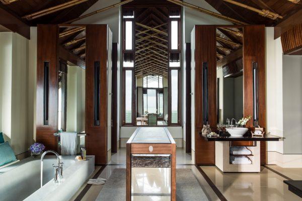 insel-seite-one&only-reethi-rah-water-villa-bedroom-vanity-area-Maledivenexperte