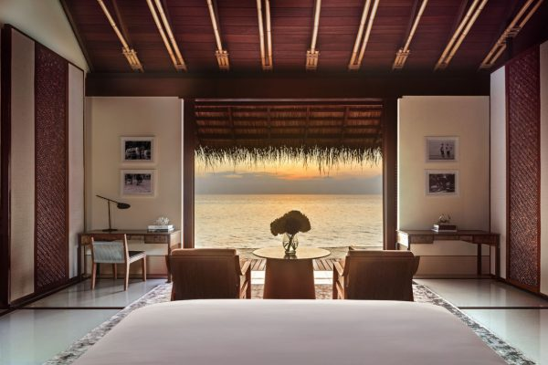 insel-seite-one&only-reethi-rah-water-villa-view-from-bed-Maledivenexperte