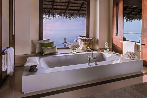 insel-seite-one&only-reethi-rah-water-villa-with-pool-bathroom-Maledivenexperte