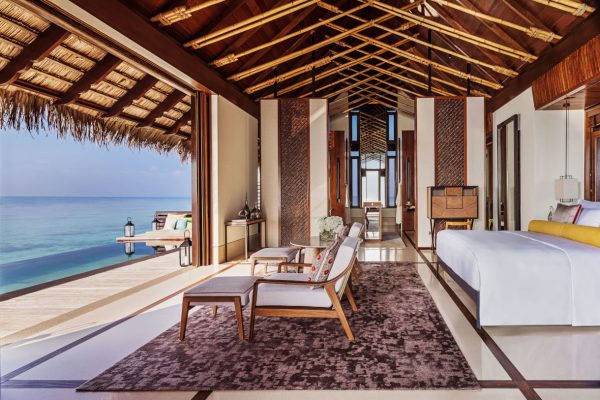 insel-seite-one&only-reethi-rah-water-villa-with-pool-bedroom-01-Maledivenexperte
