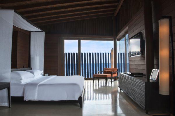 insel-seite-park-hyatt-maldives-water-villa-bedroom-Maldivenexperte