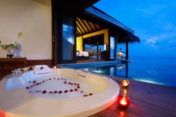 insel-seite-Anantara-Kihavah-zimmerkategorien-Over-Water-Pool-Villa-maledivenexperte-1