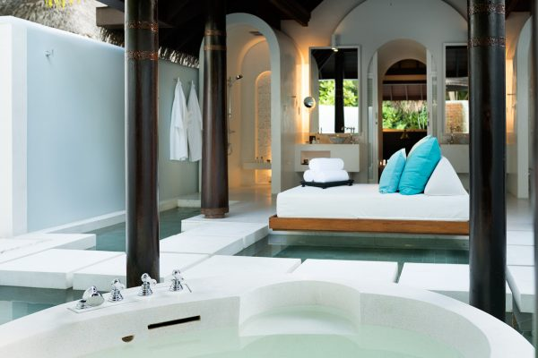 insel-seite-anantara-kihavah-beach-villa-bathroom-02-Maledivenexperte