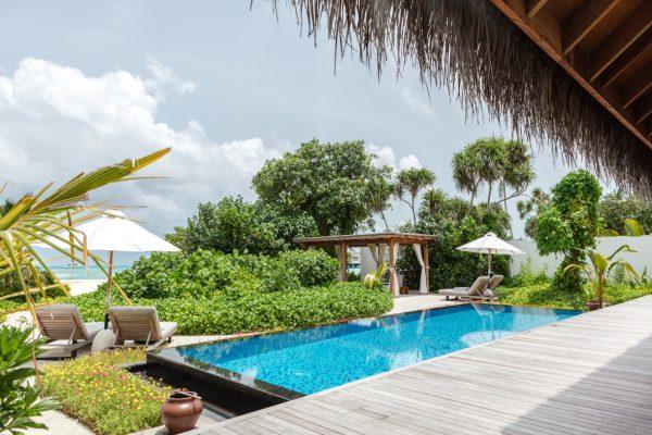 insel-seite-fairmont-maldives-3-bedroom-beach-villa-outside-view-Maledivenexperte