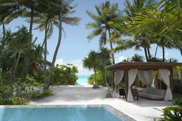 insel-seite-fairmont-maldives-delux-beach-sunset-villa-garden-01-Maledivenexperte